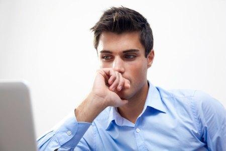 persona-pensando-en-frente-del-PC-buenaOK