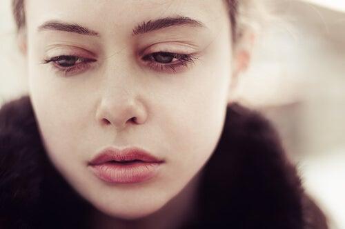 mujer-mirando-hacia-abajo-con-cara-de-tristeza.jpg